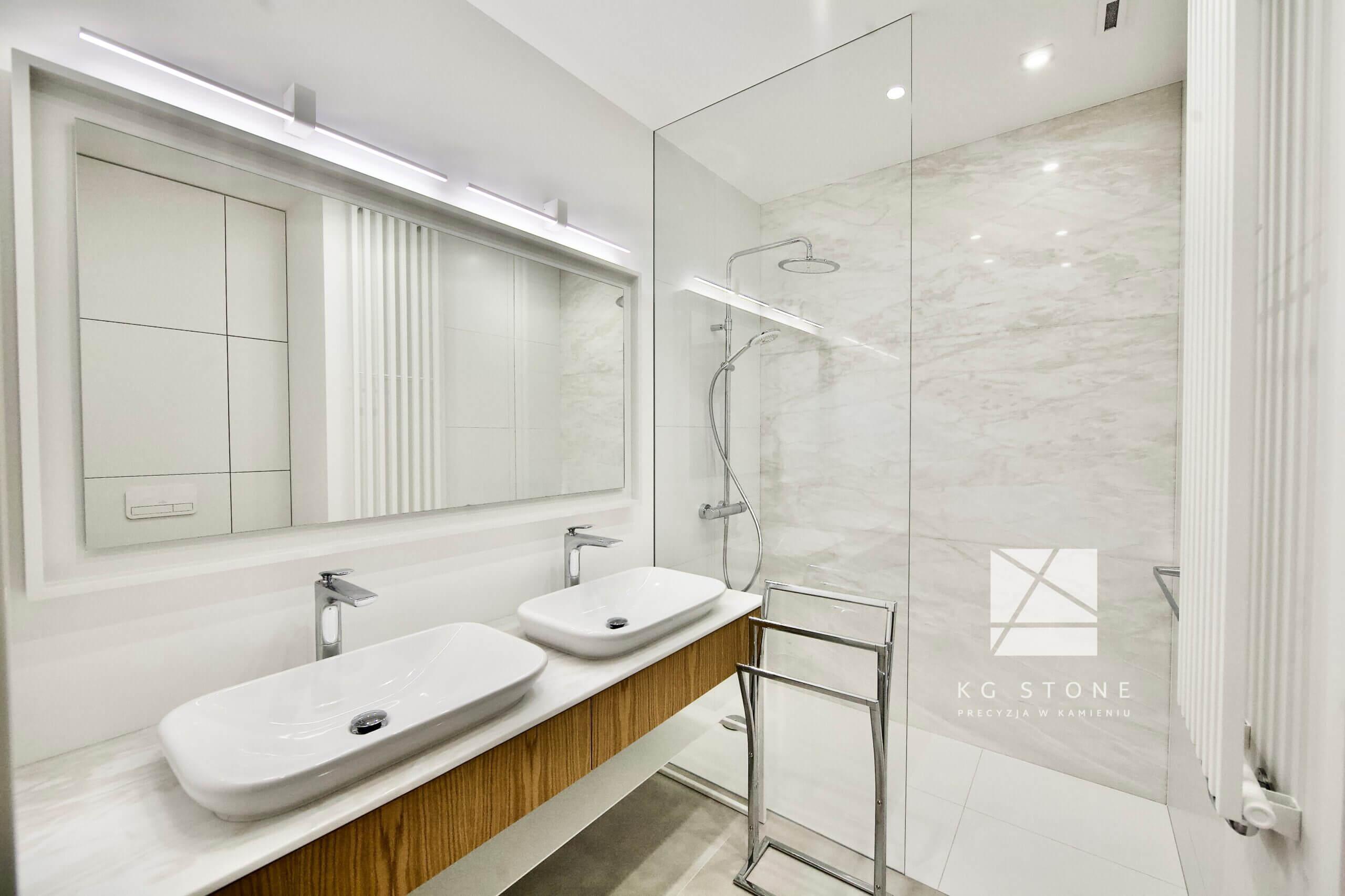 łazienka z elementami z granitu