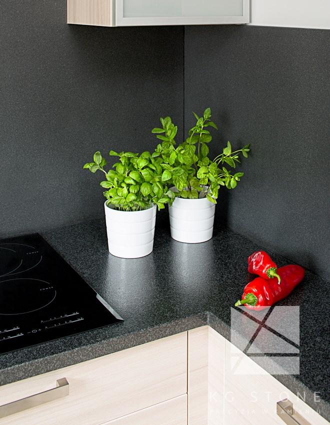 warzywa i zioła na blacie