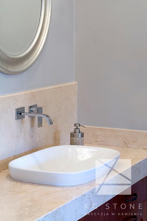 blat w łazience z jasnego granitu