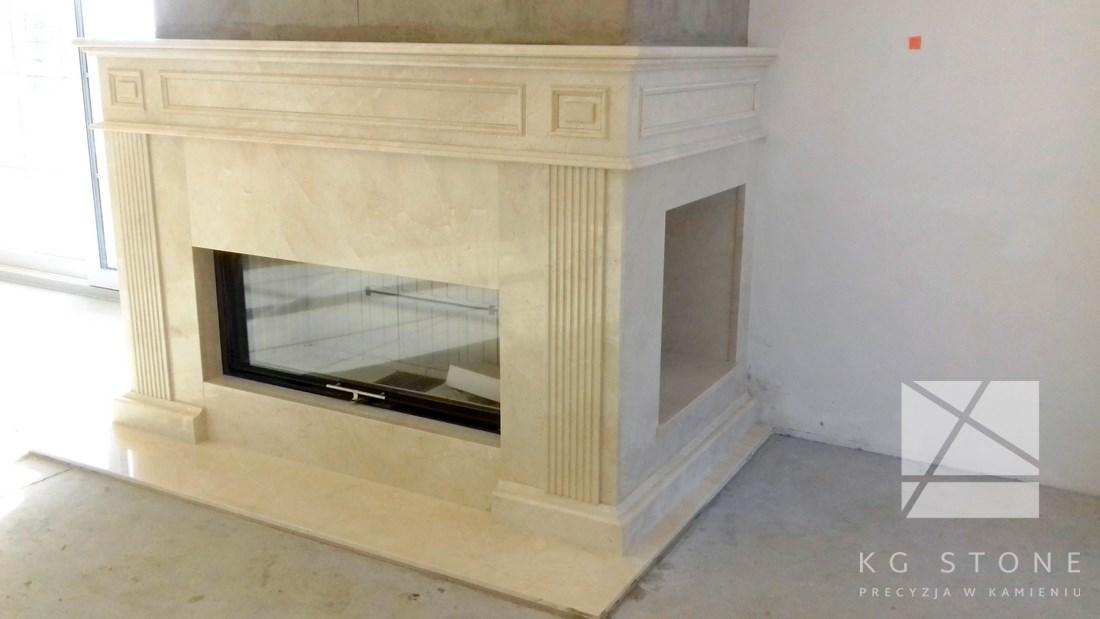 kominek z białego marmuru