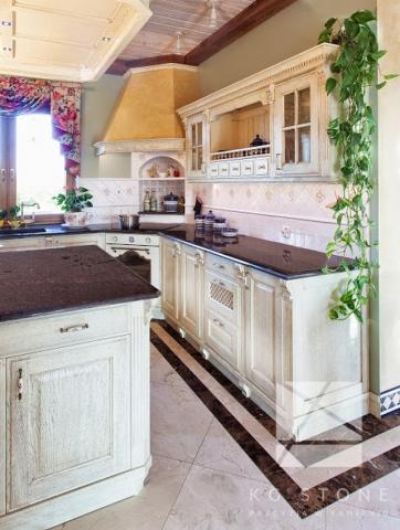 kuchnia z antycznymi szafkami