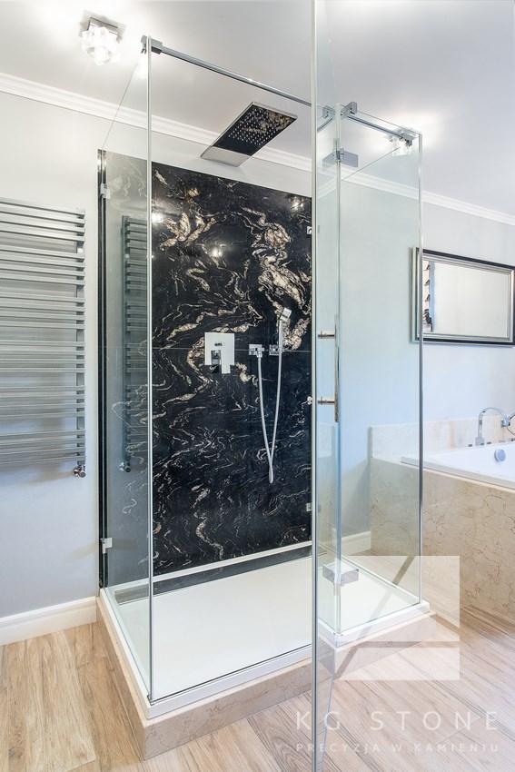 ścianka prysznicowa z czarnego granitu