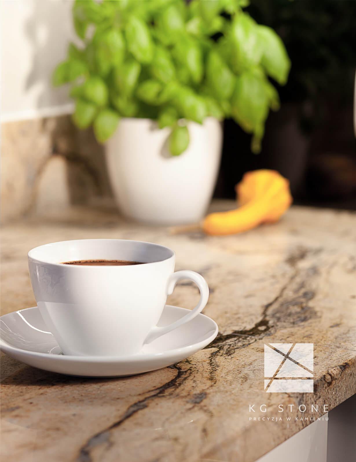 filiżanka z kawą na blacie z granitu