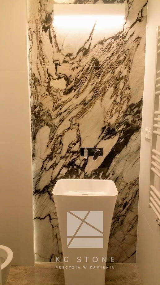 kamienna ścianka w łazience