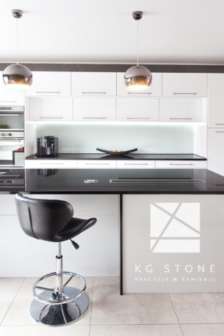 blaty granitowy Absolute Black poler w kuchni